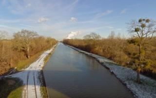 Vue sur le canal et ses berges depuis un pont