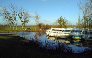 Port du Canal Latéral à la Loire, où sont amarrés des bateaux de plaisance