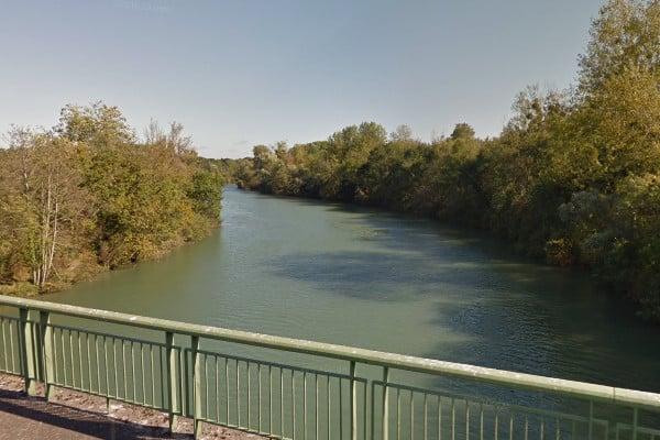 Vue sur la Seine et ses rives boisées depuis un pont
