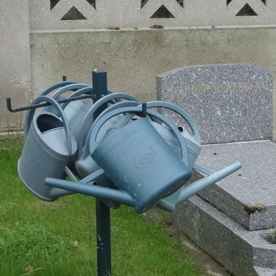 Arrosoirs devant une tombe