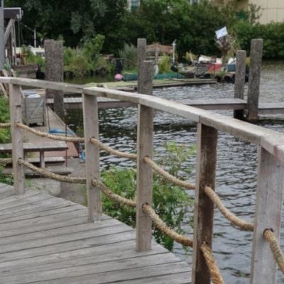 Ponton en bois donnant sur le canal
