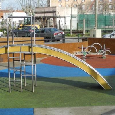 Jeux pour enfants en métal colorés, sur sol synthétique