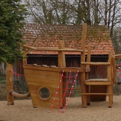Jeux pour enfants en bois, sur sol en graviers