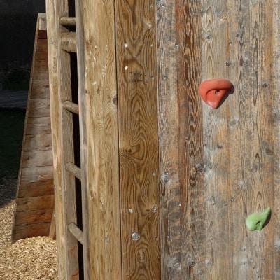 Jeux d'escalade en bois, sur sol en copeaux de bois