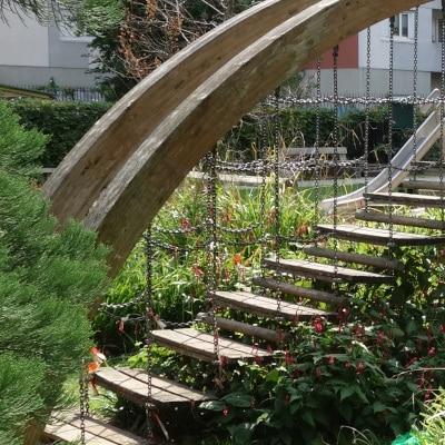 Jeux pour enfant, escalier suspendu en bois, dans un parc végétalisé