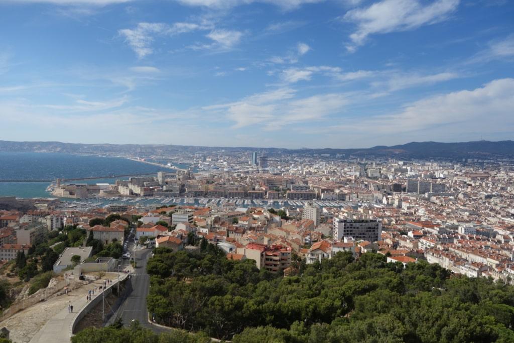 Vue surélevée de la ville et du vieux port de Marseille