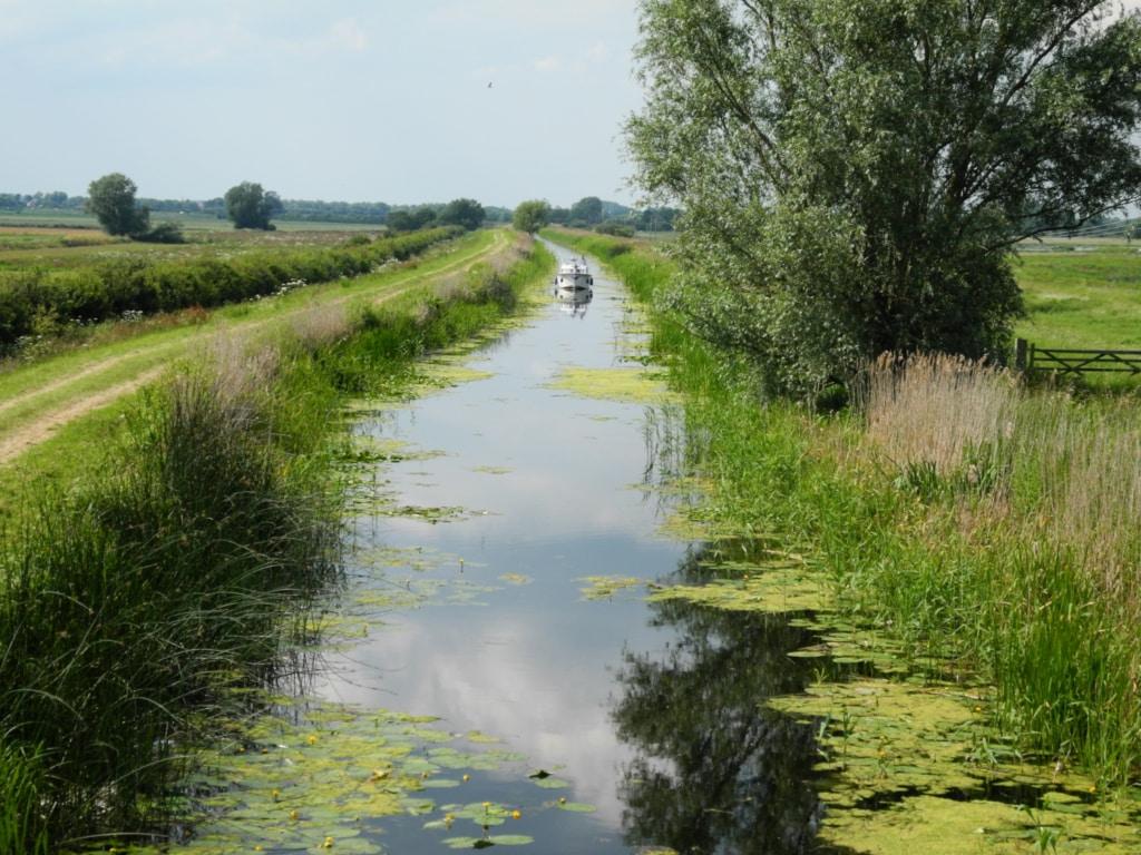 Péniche sur un canal au milieu de la campagne anglaise