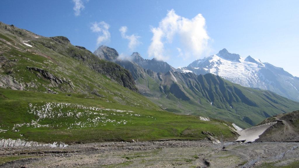 Paysage de sommets montagneux