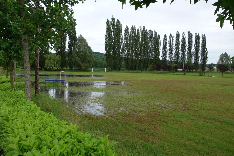 Terrain de sport en herbe inondé