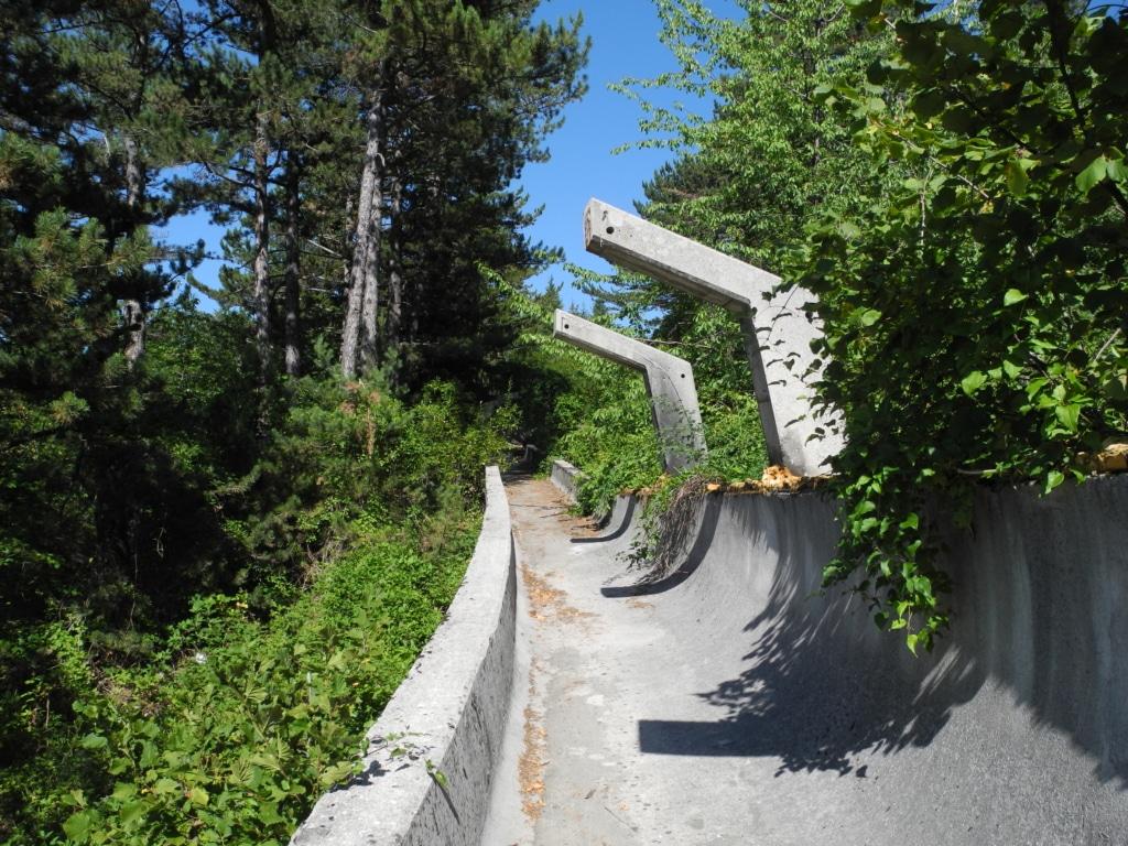 Armature en béton de l'ancienne piste de bobsleigh de Sarajevo, envahie par la végétation