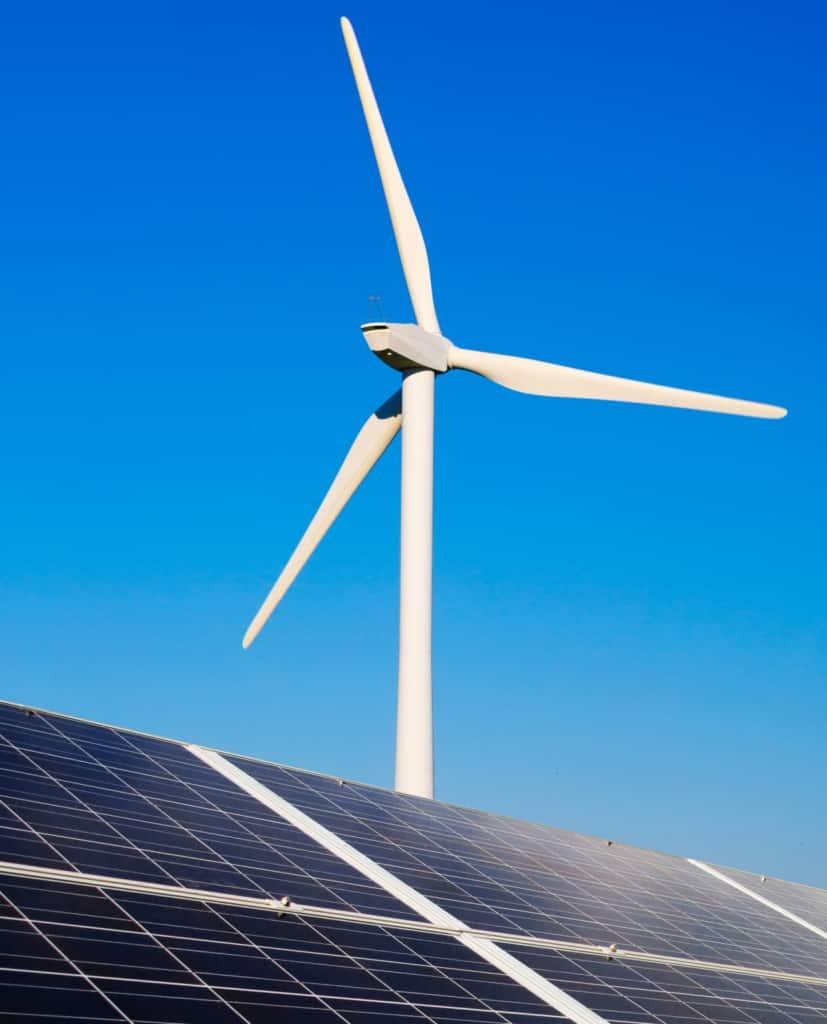 Eolienne et panneaux photovoltaïques